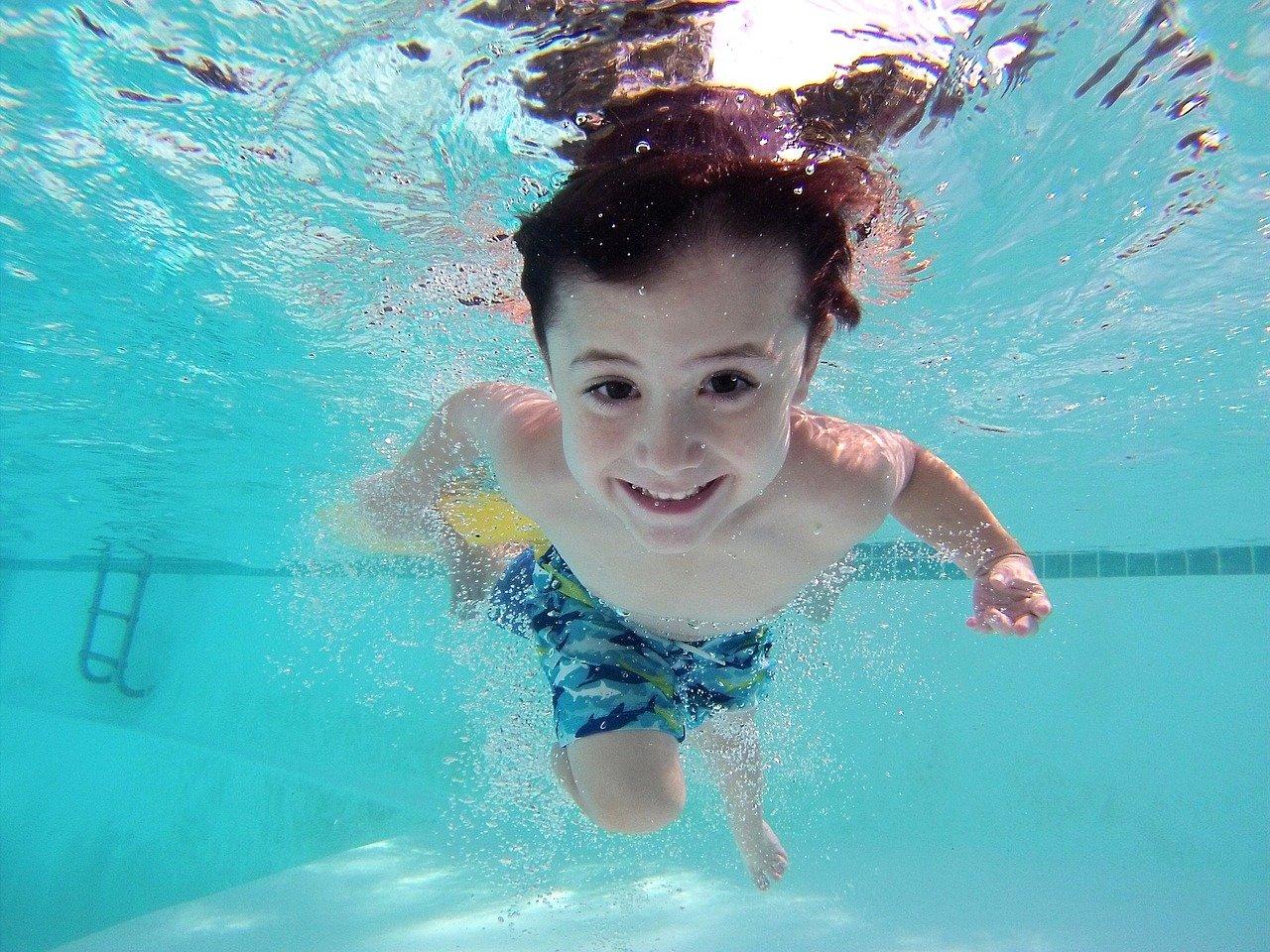 Enfant heureux dans une piscine