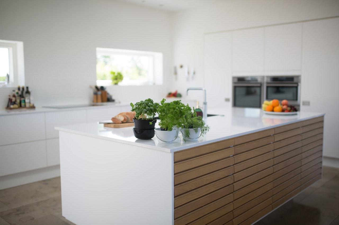 ilot centrale blanc et bois, cuisine ouverte