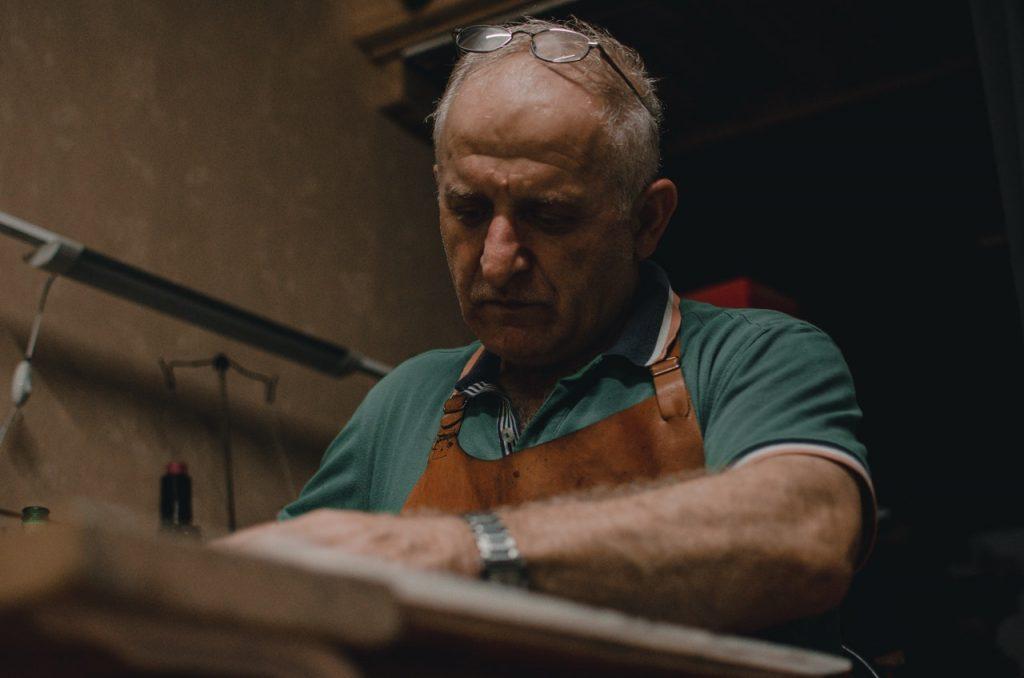 Artisan travaillant dans son atelier