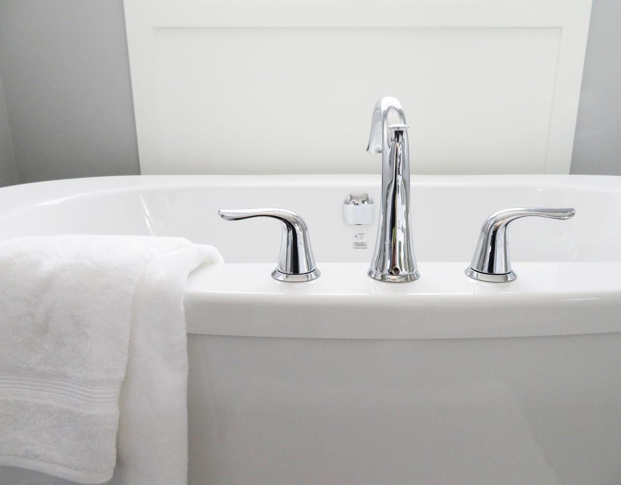 Baignoire avec serviette salle de bain