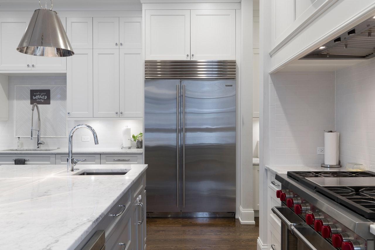 Cuisine moderne avec un grand frigo aluminium