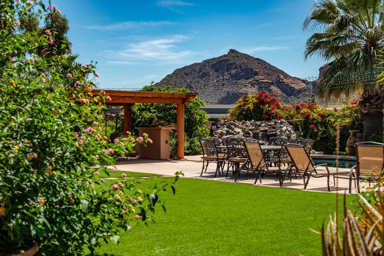 Grand jardin avec une terrasse en dalle