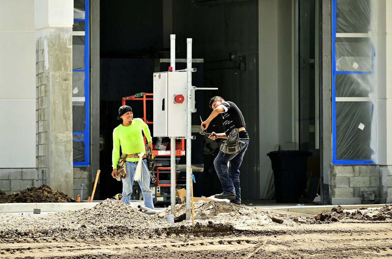 Homme chantier creuse dans le sol