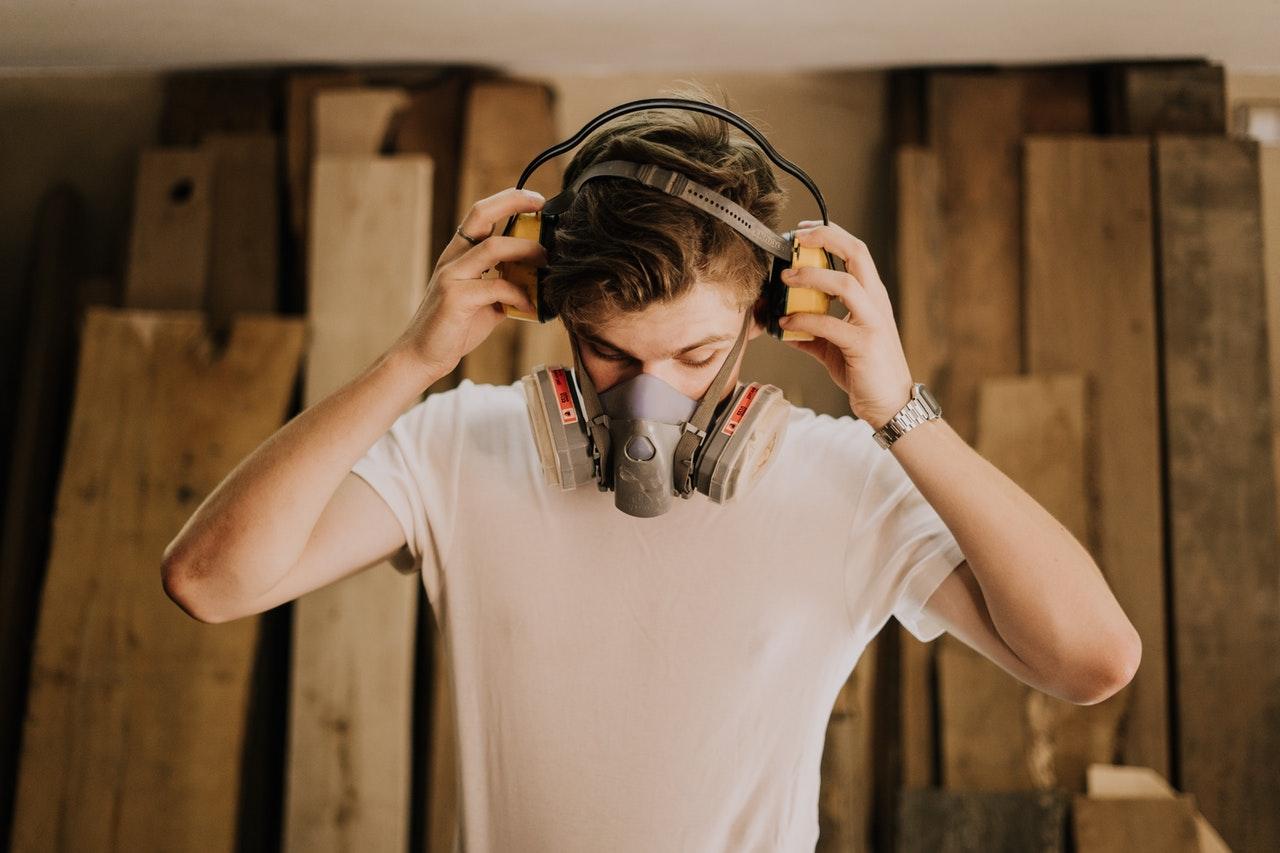 Homme portant masque de protection et casque anti bruit