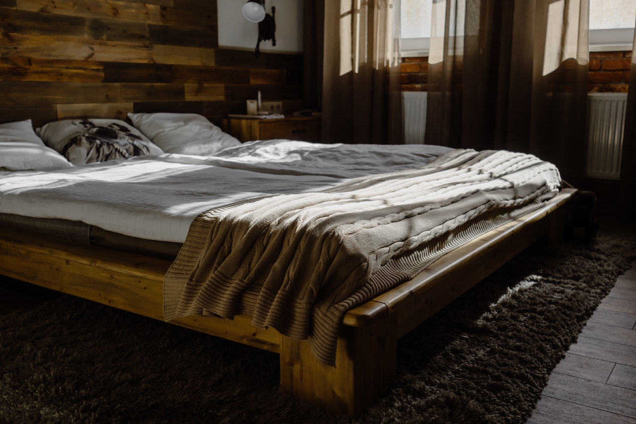 lit avec une tête de lit en bois
