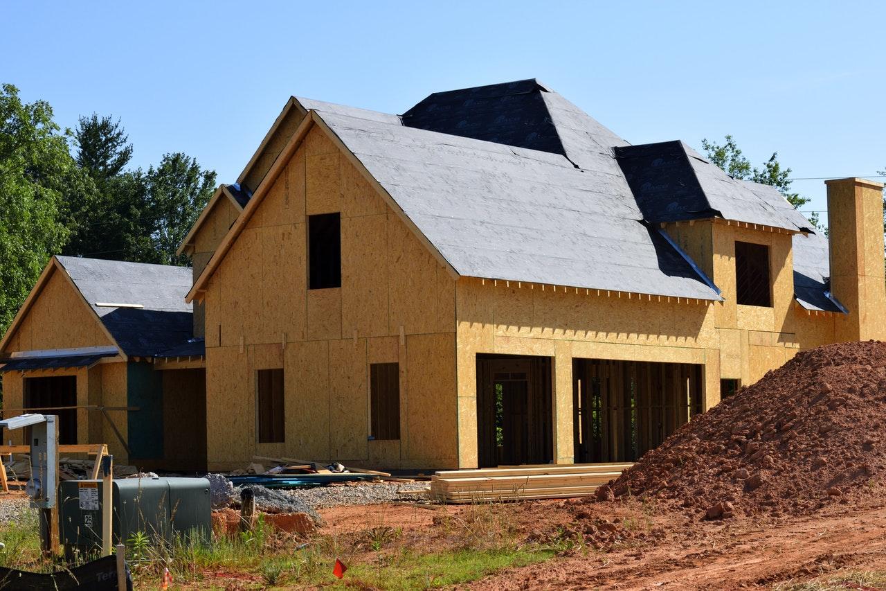 Maison auto-suffisante en construction, bois