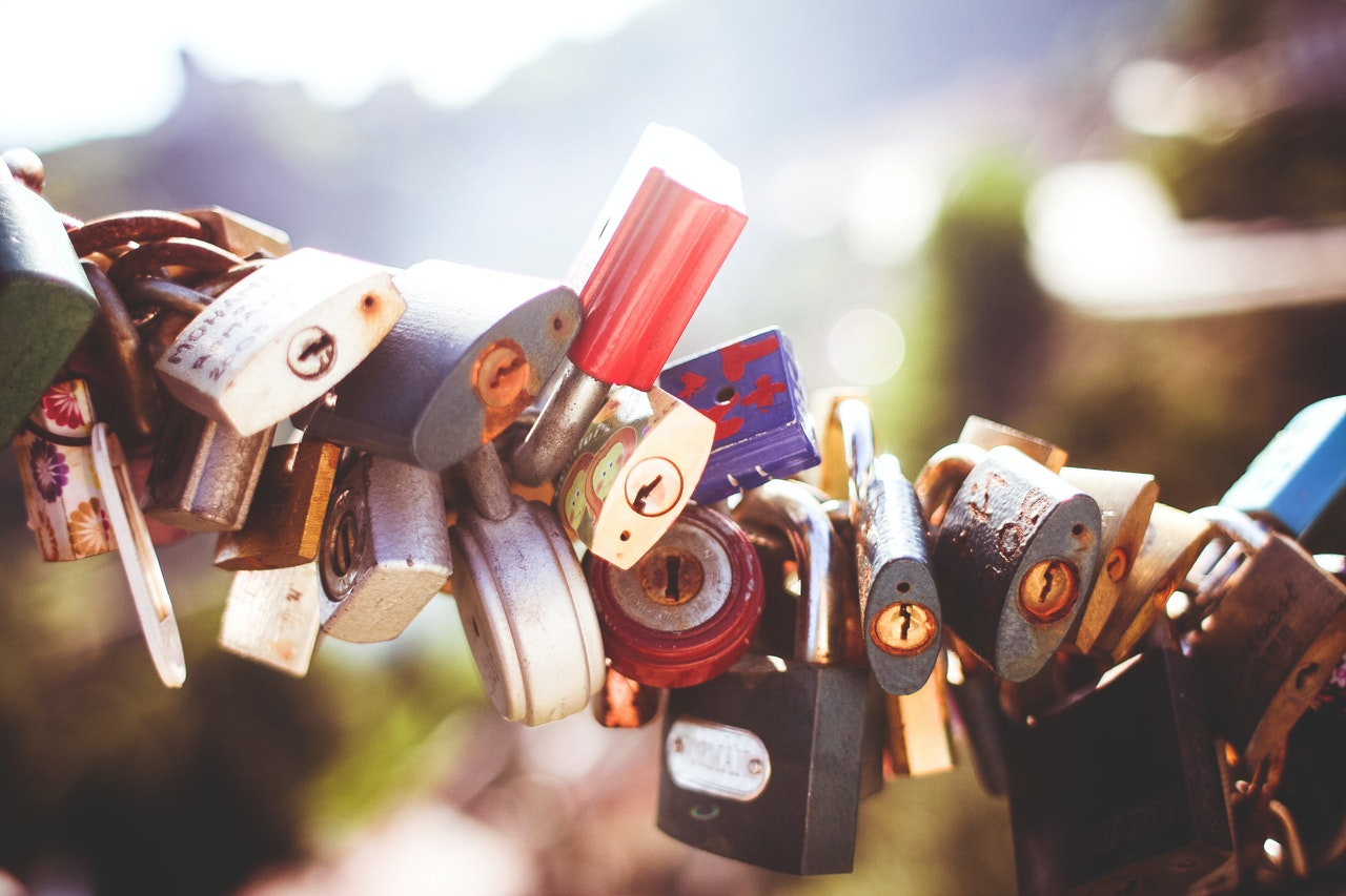 Pleins de cadenas accrochés les un à côté des autres