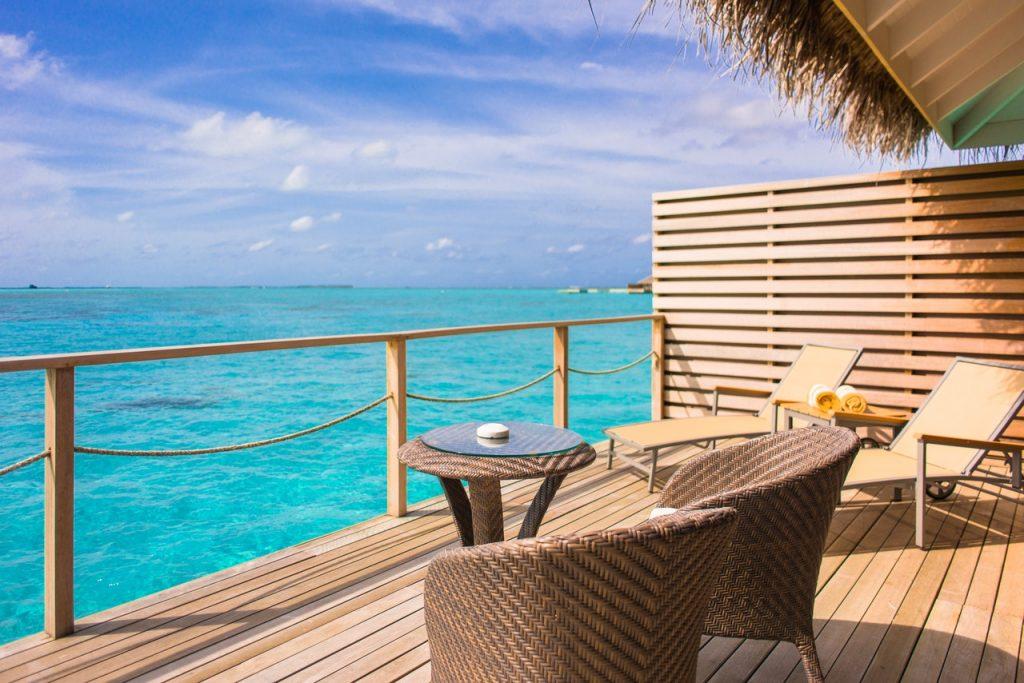 Terrasse en bois avec barrière face à la mer