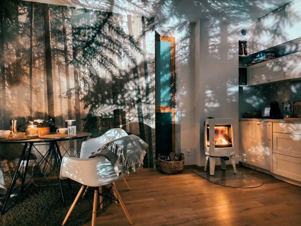 Cuisine ouverte sur salle à manger, style cosy avec un poêle à bois blanc