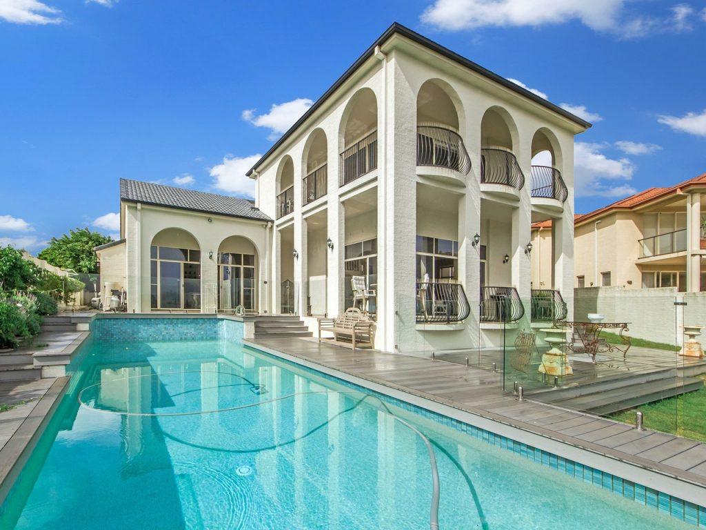 Grande villa avec piscine ensoleillée