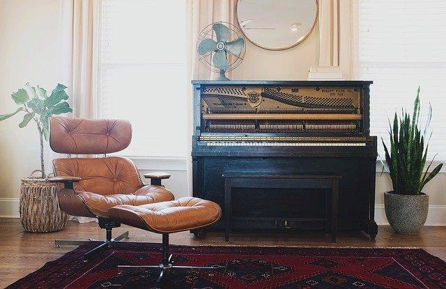 un beau piano dans une maison