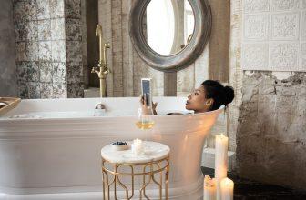 Femme dans une baignoire, moment détente, lecture, bougie