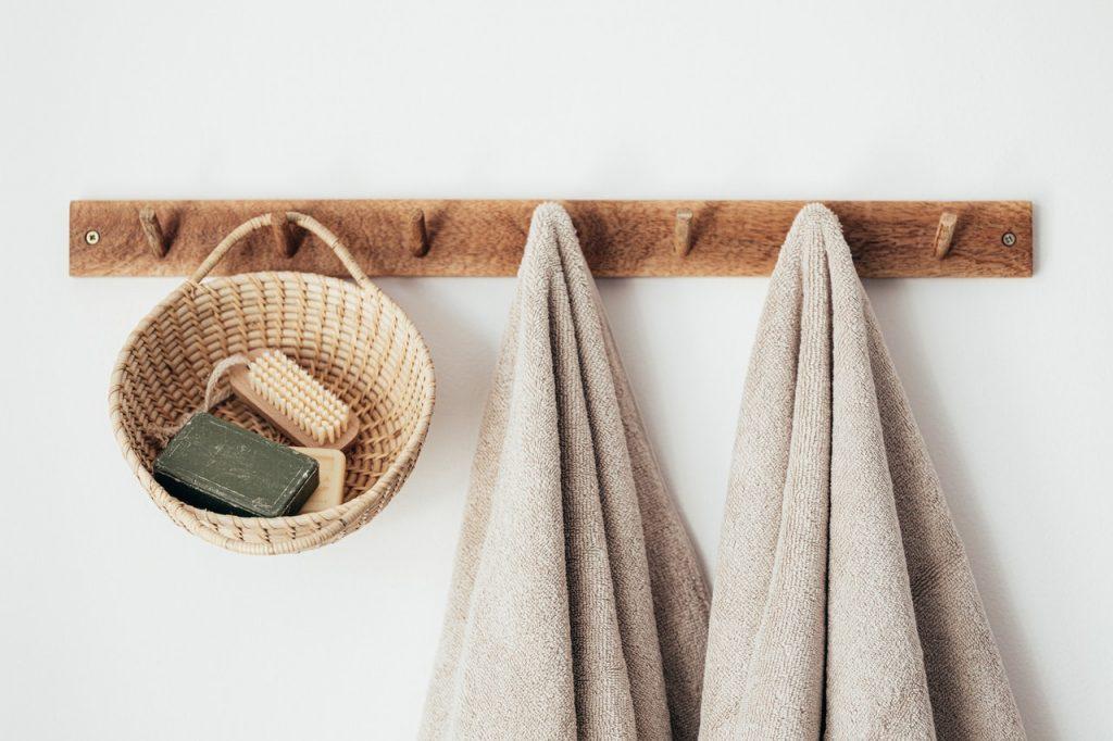 Portant avec serviettes accrochées et petite paniettes contenant du savon