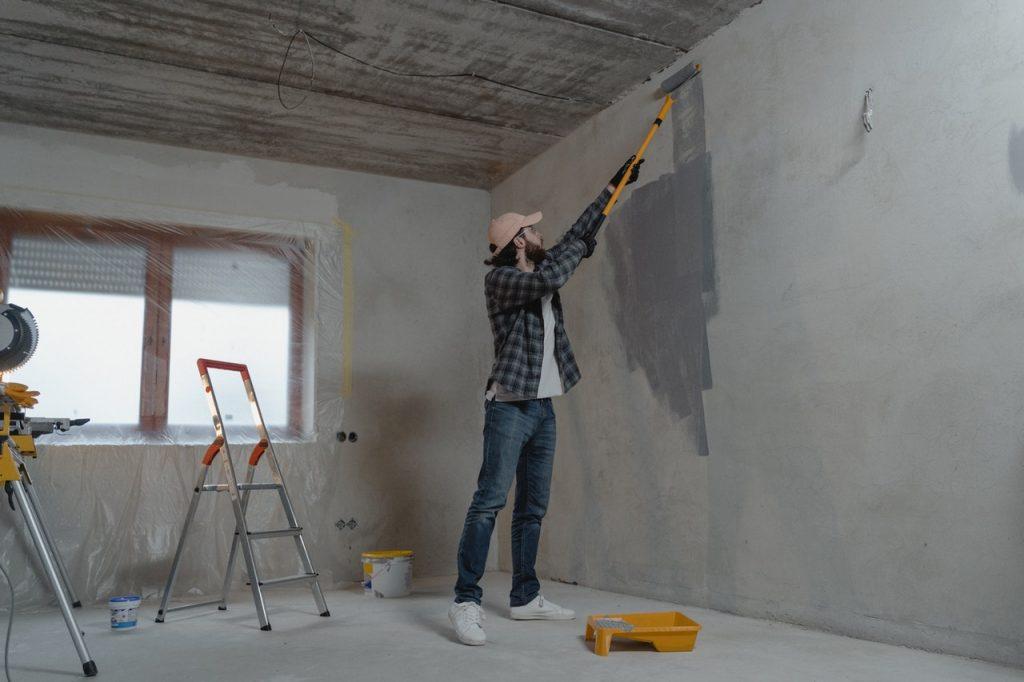 Homme faisant la peinture pendant des travaux de rénovation