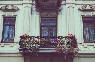 Balcon immeuble fleurie