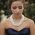 femme avec plusieurs colliers en perle